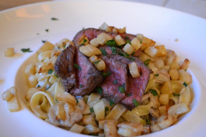 pasta met champignonsaus en biefstuk